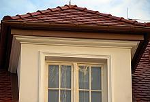 okno dachowe ze sztukaterią