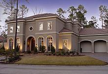 luksusowa posiadłość z efektownymi oknami łukowymi i lukarną