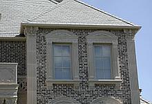 niezwykła oprawa okien i ceglana elewacja