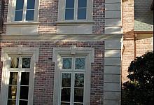 nowoczesne bonie na zabytkowym budynku z cegły