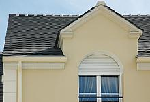 bonie i sztukateryjna oprawa okna
