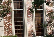 duże, podłużne okna ze sztukaterią wokół