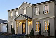 klasyczny, choć elegancki budynek z kolumnami zdobiącymi wejście