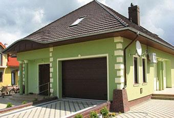Stylowe boniowanie na zielonej fasadzie