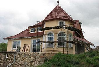 Dom ze sztukaterią i wieżyczką