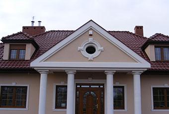 Ciekawa fasada z lukarną i czterema kolumnami 1