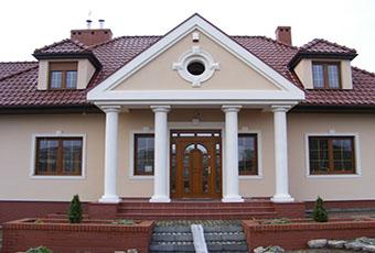 Ciekawa fasada z lukarną i czterema kolumnami 2