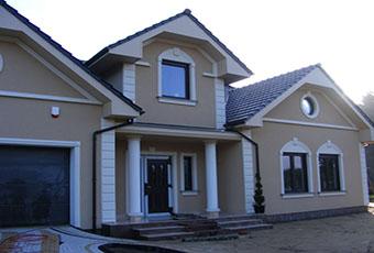 Nowoczesna elewacja domu ze zwornikami i głowicami kolumn 3