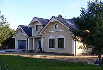 Nowoczesna elewacja domu ze zwornikami i głowicami kolumn 4