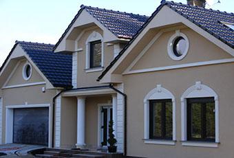 Nowoczesna elewacja domu ze zwornikami i głowicami kolumn 5