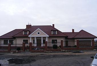 Ciekawa fasada z lukarną i czterema kolumnami 3