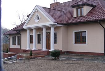Ciekawa fasada z lukarną i czterema kolumnami 5