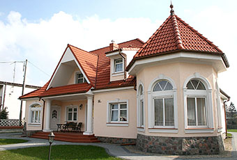 Stylowa aranżacja z łukami okiennymi i oknami prostymi 1