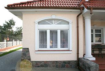 Stylowa aranżacja z łukami okiennymi i oknami prostymi 2
