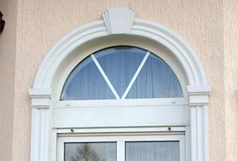 Stylowa aranżacja z łukami okiennymi i oknami prostymi 5