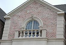 cegła i sztukateria: dekoracyjne okno łukowe, gzyms i bonie