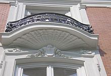 pomysł na balkon i dekoracyjną oprawę okien