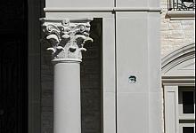 kolumna z dekoracyjną głowicą