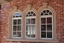 wspaniała beżowa sztukateria okienna i stylowe wsporniki