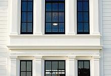 piękna kompozycja okien i sztukaterii