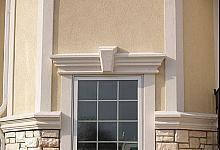 okno z gzymsem, zwornikiem