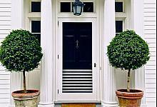 ozdobne kolumny przed domem